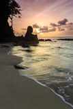 Bello tramonto sulla spiaggia rocciosa Fotografia Stock