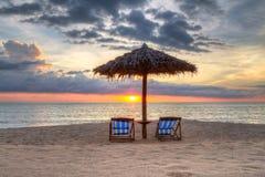 Bello tramonto sulla spiaggia in Tailandia Fotografia Stock Libera da Diritti