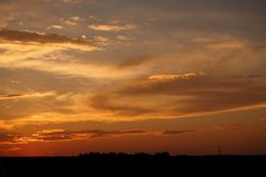 Bello tramonto sulla strada a nessuna parte immagine stock libera da diritti