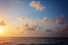 Bello tramonto variopinto dal mare Mare calmo, piccole onde fotografie stock