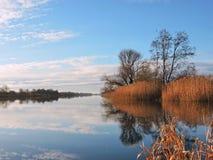 Bello tramonto vicino al fiume immagine stock
