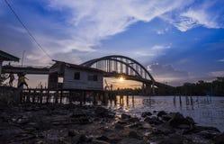 Bello tramonto vicino al fiume Malesia di Kedah dove tutto il pescatore in tensione Fotografia Stock