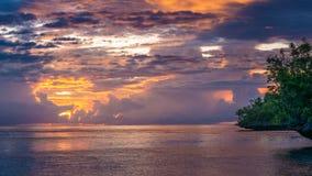 Bello tramonto vicino all'alloggio presso famiglie di Kordiris, Gam Island, Papuan ad ovest, Raja Ampat, Indonesia Immagini Stock Libere da Diritti