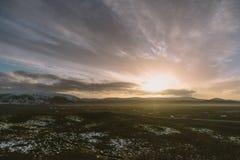 Bello tramonto a Vulcano Kerid Fotografia del paesaggio di stordimento Islanda Viaggiando dai fiordi ghiacciati alle montagne nev Fotografie Stock