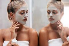 Bello trattamento facente femminile di bellezza dopo il bagno Immagini Stock