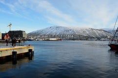 Bello tromsdalen visto dall'isola della città del tromsoe fotografie stock libere da diritti