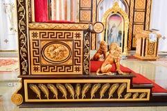 Bello trono prezioso del patriarca nella chiesa cristiana ortodossa immagine stock