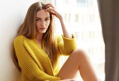 Bello trucco naturale di seduta della finestra successiva dei capelli biondi della donna Fotografia Stock Libera da Diritti