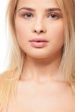 Bello una ragazza di peso eccessivo del pezzo su fondo bianco fotografia stock