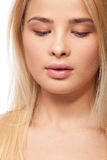 Bello una ragazza di peso eccessivo del pezzo su fondo bianco immagini stock libere da diritti
