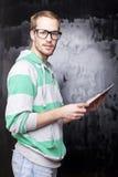 Bello uomo astuto della nullità con il calcolatore del ridurre in pani Fotografia Stock