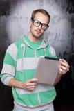 Bello uomo astuto della nullità con il calcolatore del ridurre in pani Fotografia Stock Libera da Diritti