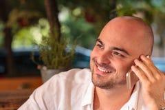 Bello uomo che parla sul telefono Fotografia Stock