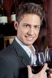 Bello uomo che tiene un bicchiere di vino Fotografia Stock Libera da Diritti