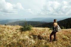 Bello uomo di viaggio alla moda che fa un'escursione nelle montagne su un BAC Fotografia Stock Libera da Diritti