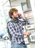 Bello uomo senior sorridente che parla in vecchio telefono in pho francese Immagine Stock Libera da Diritti