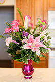 Bello vaso dei fiori rosa compreso le rose, i garofani e i lillies Immagine Stock Libera da Diritti