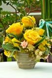 Bello vaso di disposizione di fiori sulla tavola Fotografie Stock Libere da Diritti
