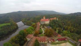 Bello vecchio castello, paesaggio medievale di verde della costruzione di secolo archivi video