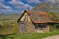 Bello vecchio cottage scenico nella regione della montagna Immagini Stock Libere da Diritti