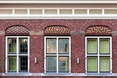 Bello vecchio modello piano anteriore della facciata della casa da spirito del mattone rosso Fotografia Stock Libera da Diritti