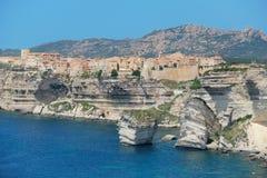 Bello vecchio villaggio di Bonifacio (Corsica, Francia) immagini stock libere da diritti