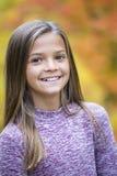 Bello verticale biondo sorridente del ritratto della ragazza all'aperto Fotografia Stock