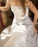 Bello vestito da cerimonia nuziale d'argento immagini stock