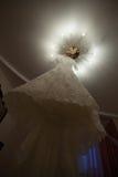 Bello vestito da sposa sulla lampada Fotografia Stock Libera da Diritti