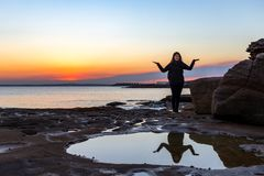 Bello viaggiatore asiatico sudorientale della donna in un bello tramonto fotografie stock