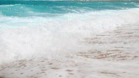 bello video del movimento lento 4k delle onde blu del mare che si rompono sopra il litorale Onde di oceano sulla spiaggia sabbios archivi video