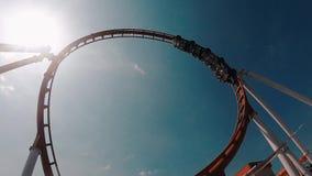 Bello video di un parco di divertimenti su una collina estrema, una vista di un parco di divertimenti Altezza incredibile timore  archivi video