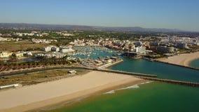Bello Vilamoura con il porticciolo e l'ampia spiaggia sabbiosa, Quarteira, Portogallo stock footage