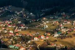 Bello villaggio alla base delle montagne Fotografia Stock