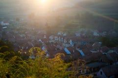 Bello villaggio del sassone di Transylvanian alla luce solare di mattina Immagini Stock