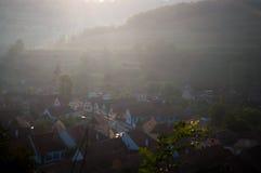 Bello villaggio del sassone di Transylvanian alla luce solare di mattina Fotografie Stock Libere da Diritti