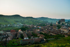 Bello villaggio del sassone di Transylvanian e chiesa fortificata alla luce solare di mattina Fotografie Stock Libere da Diritti