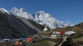 Bello villaggio Dingboche e alta montagna Thamserku Fotografie Stock Libere da Diritti