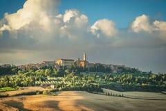 Bello villaggio medievale con un campanile in Toscana fotografia stock libera da diritti