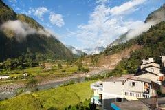 Bello villaggio nel Nepal occidentale con Dhaulagiri Himal Immagini Stock Libere da Diritti