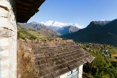 Bello villaggio nel Nepal occidentale con Dhaulagiri Himal Fotografia Stock Libera da Diritti