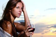Bello vino bevente della giovane donna sulla spiaggia fotografia stock libera da diritti