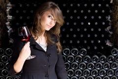 Bello vino dell'assaggio della giovane donna. Fotografia Stock Libera da Diritti