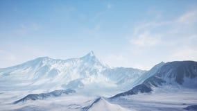 Bello volo aereo sopra la montagna di Snowy immagine stock libera da diritti