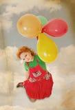 Bello volo felice della ragazza con i baloons nel retro stile Fotografia Stock