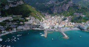 Bello volo sopra Amalfi all'Italia stock footage