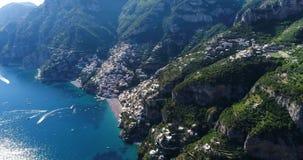 Bello volo sopra Positano alla costa di Amalfi in Italia stock footage