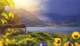 Bello waterscape della linea costiera della città di Varenna dell'italiano con la m. Fotografia Stock