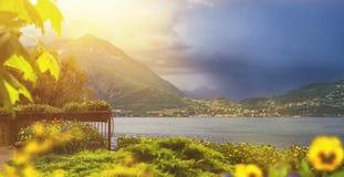 Bello waterscape della linea costiera della città di Varenna dell'italiano con la m. Immagini Stock Libere da Diritti