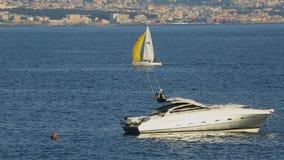 Bello yacht bianco che galleggia nel golfo di Napoli in Italia, hobby di lusso, turismo video d archivio